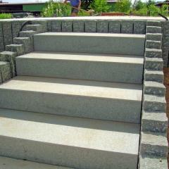 Treppenwange aus Granitpalisaden