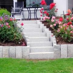 Treppe mit Granitpalisaden