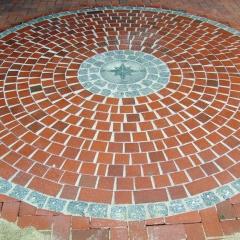 Klinkerpflaster-Kreis mit Graniteinleger