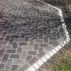 Dunkles Beton-Klinkerpflaster mit Graniteinfassung
