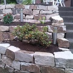 Sandstein-Trockenmauer mit Nischen